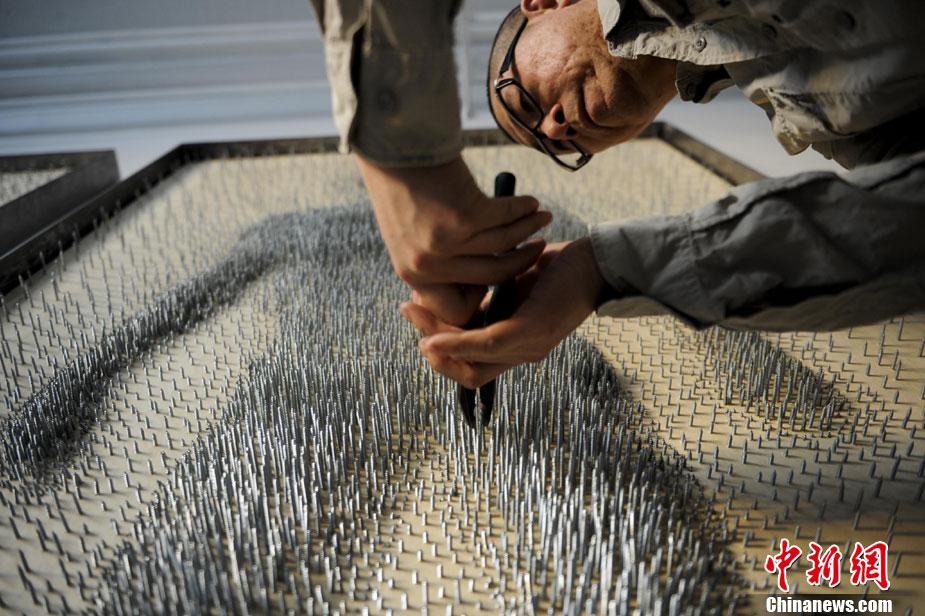beijing un artiste fabrique un tableau en clous. Black Bedroom Furniture Sets. Home Design Ideas