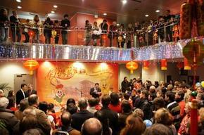 Li Shaoping, directeur du Centre culturel de Chine, prononce un discours.