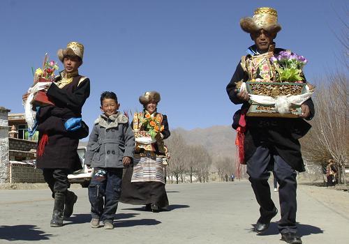 Une famille rend visite avec une qiema à des parents.