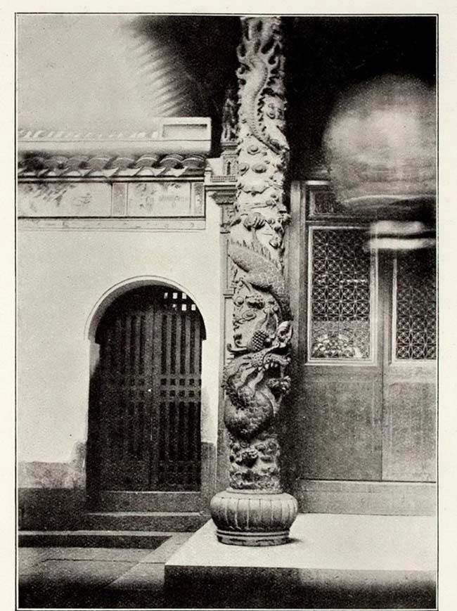 Une colonne sculptée de dragons