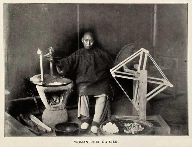 Une femme en train de tisser