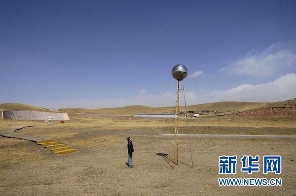 Le 24 mars, un touriste visite le site d'essais d'explosions de l'ancienne usine d'État 221.