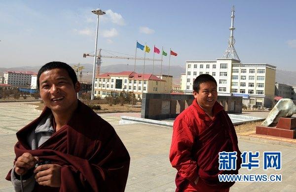Deux moines se promènent dans le bourg de Xihai. (Photo prise le 24 mars)