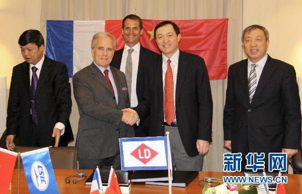 Le 13 avril, Philippe Louis-Dreyfus, président du groupe Louis-Dreyfus Armateurs et Dong Qiang, vice-président de la Compagnie de l'industrie navale de Chine se serrent la main lors de la cérémonie de signature.