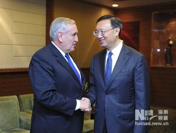 Rencontre entre le ministre chinois des AE Yang Jiechi et l'ancien PM français Jean-Pierre Raffarin à Bo'ao