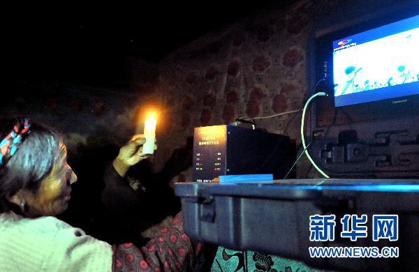 Le 23 avril, Zhanma regarde la télévision malgré une coupure temporaire de courant.