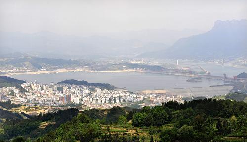 Chine : Lâcher d'eaux au barrage des Trois-Gorges pour atténuer la sécheresse_1