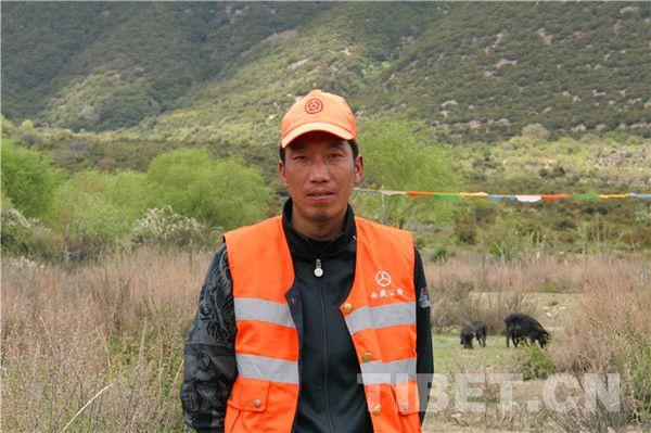 Suolang Pingcuo, l'un des employés de la voirie de la troisième génération au Tibet.