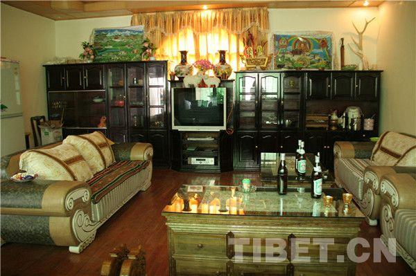 Le salon de l'appartement d'un employé de la voirie de Renzeng.