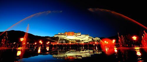Vue nocturne du palais du Potala.