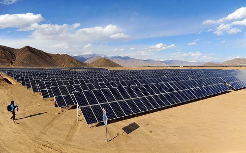 Une centrale solaire photovoltaïque de dix mégawatts en construction à Shigatse, grâce à un investissement de 800 millions de yuans de la province du Shandong. Photo prise le 30 mars.
