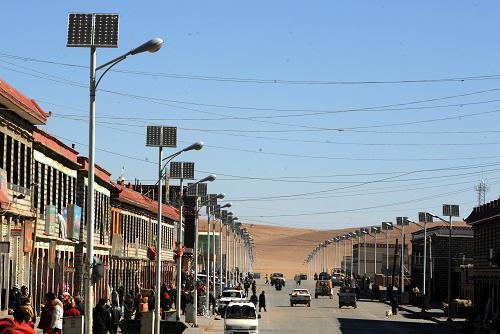 Une rue munie de lampadaires solaires dans la région de Naqu, dans le nord du Tibet. Photo prise le 16 avril 2008.