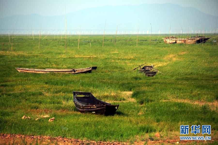 Le 28 mai, des bateaux de pêche sur le lit exposé du lac Poyang dans la région de Qingshanzui.