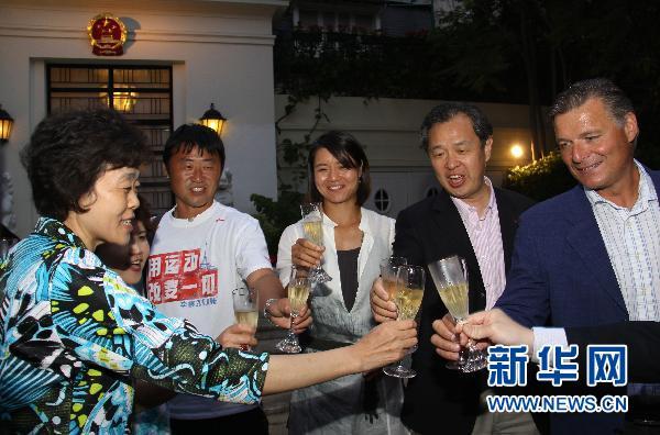 Une cérémonie de célébration pour la victoire de Li Na (centre) est organisée dans l'ambassade de Chine en France.