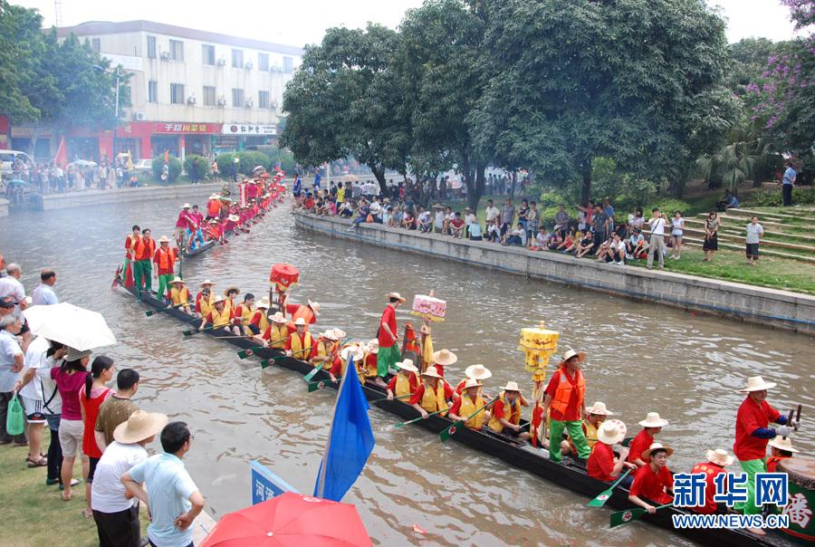Le 2 juin, les bateaux-dragons bout à bout. 50 bateaux de vingt villages étaient invités à participer à la réunion qui a lieu en banlieue de Guangzhou.