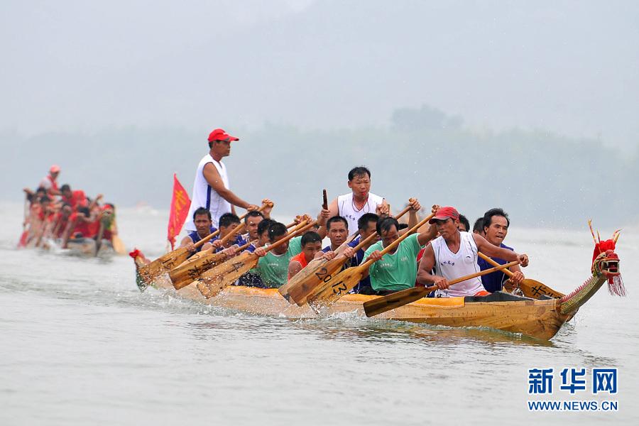Le 2 juin, la course annuelle des bateaux-dragons du village Renhe du Guangxi se tient sur la fleuve Xun. 8 communes riveraines y ont participé avec leurs barques. A travers cette coutume, les villageois souhaitent un bon climat, la paix et la prospérité du pays.
