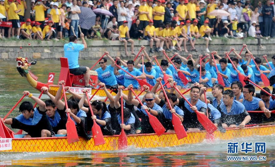 Le 2 juin, le 4e tournoi de bateaux-dragons Chine•Zaozhuang s'est tenu dans le Grand canal du Shangdong. 23 équipes de Taiwan, Macao, du Zhejiang, du Jiangsu, du Shandong et des autres provinces ont participé à la course de grands bateaux de 300 mètres.