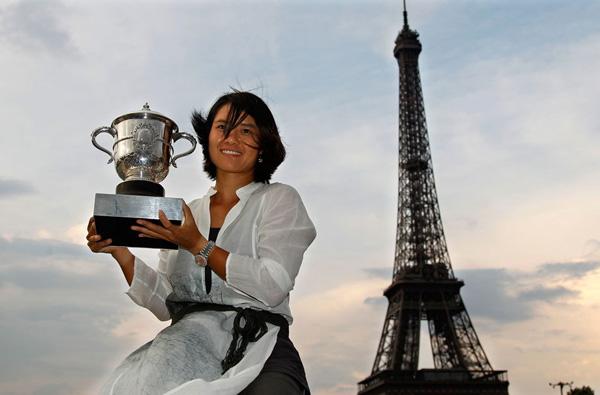 Li Na brandissant sa coupe devant la Tour Eiffel