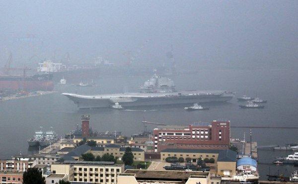 Le porte-avions de retour à Dalian après ses premiers essais sur mer