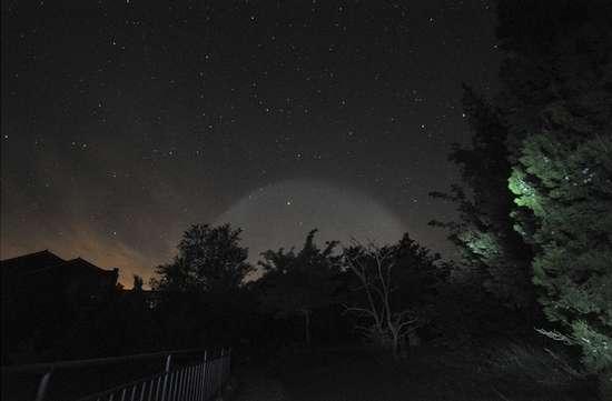 Une mystérieuse boule blanche lumineuse dans le ciel de Beijing
