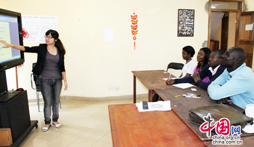 De jeunes bénévoles enseignent le chinois au Cameroun
