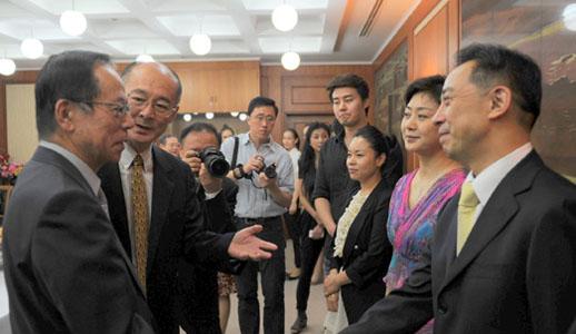 Fukuda Yasuo reçoit des artistes chinois au Japon pour célébrer le centenaire de la révolution Xinhai