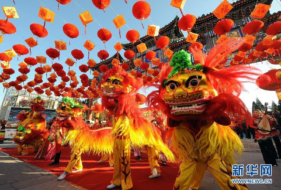 Le 22 janvier, des acteurs présentent la danse du dragon à la foire du parc du temple de la Terre pour le Nouvel An chinois.
