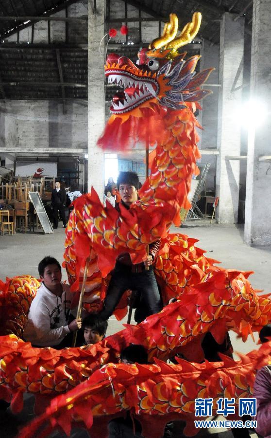 Le 19 janvier, des hommes se préparent pour la démonstration du dragon pendant le Nouvel An.
