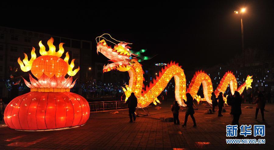 Le 18 janvier, des lanternes en forme de dragon sont installées sur une place de la province du Shanxi.