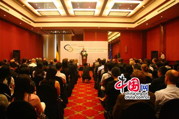 Lors d'un séminaire à Beijing, Didier Reynders, vice-Premier ministre belge, également ministre des Affaires étrangères et du Commerce extérieur, prononce un discours sur « L'investissement pour la croissance – Comment l'Europe peut aider l'Europe ».
