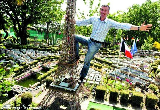 Un fran ais construit un petit paris dans son jardin - Petit jardin tijuana paris ...