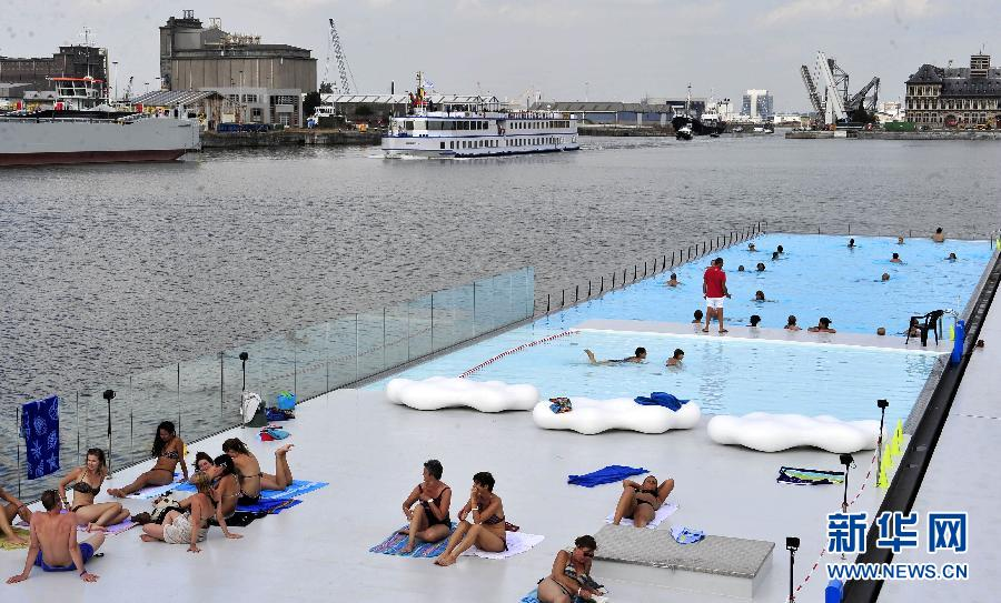 Anvers une piscine flottante en plein air for Piscine in french