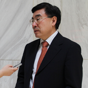Huang Youyi : Le secteur de la traduction doit être protégé au plus vite par la loi, et son accès réglementé