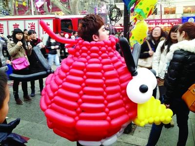 Les 520 000 visiteurs à l'exposition des lanternes du fleuve Qinhuai étonnent les Français