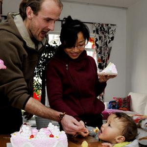 Un anniversaire romantique chez un jeune Français et sa femme chinoise