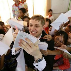 Un jeune Français donne un cours d'anglais dans une école de village en Chine