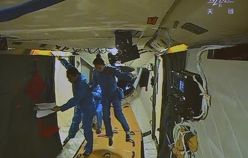 Les astronautes du vaisseau Shenzhou-10 entrent dans Tiangong-1