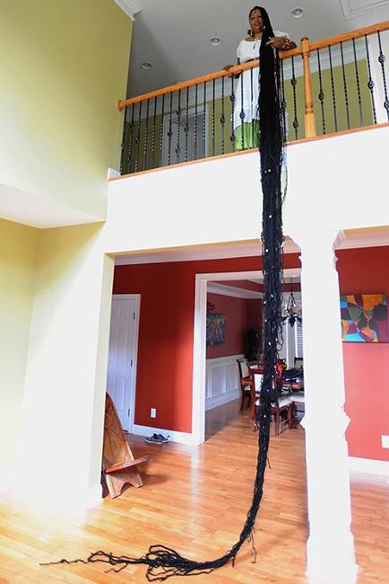 la fille aux cheveux les plus longs du monde. Black Bedroom Furniture Sets. Home Design Ideas