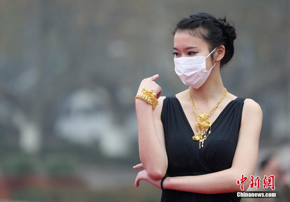 Chine : un défilé de mode avec des masques anti-pollution