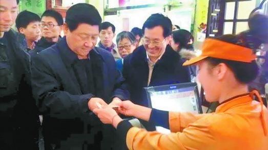 Le président Xi s'invite à table pour manger des baozi