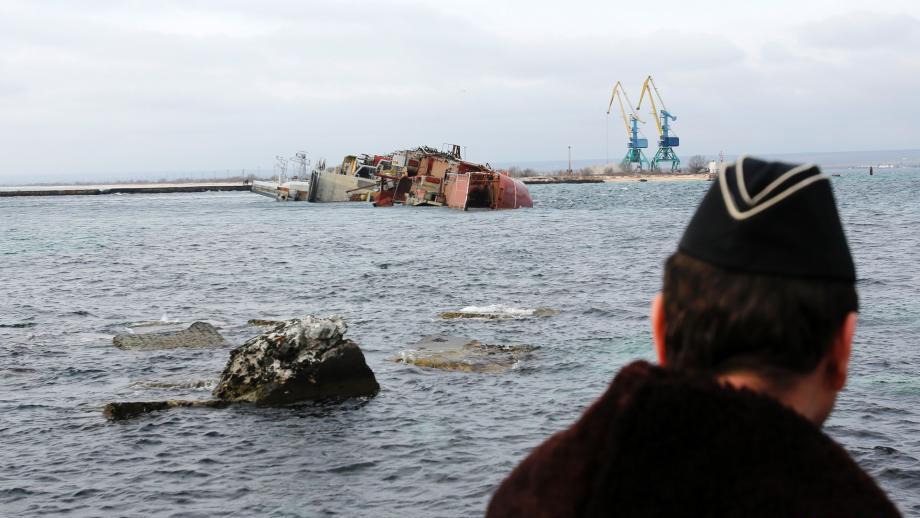 la russie coule un navire pour bloquer la marine ukrainienne. Black Bedroom Furniture Sets. Home Design Ideas