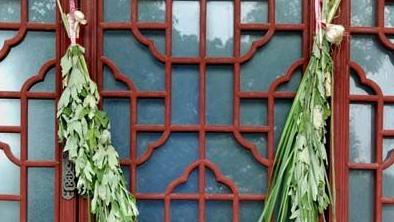 Accrocher des feuilles d'armoise sur sa porte