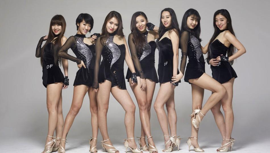 les pom pom girls posent sexy pour supporter les beijing ducks