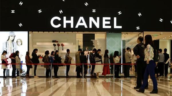 Que feront les marques de luxe pour plaire aux Chinois après la baisse des  prix de Chanel   3e8885cd67b