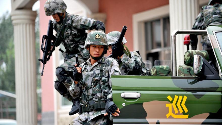 Les soldats de l'armée chinoise à l'entrainement sur le terrain