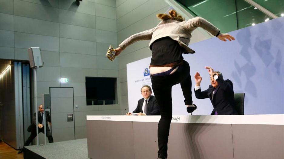 BCE : Une manifestante bondit sur Mario Draghi