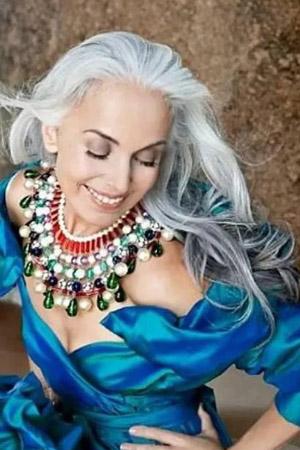 Yasmina Rossi : mannequin à 60 ans et toujours rayonnante