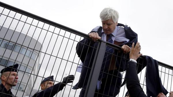 Air France : des dirigeants agressés après l'annonce de la suppression de 2900 emplois