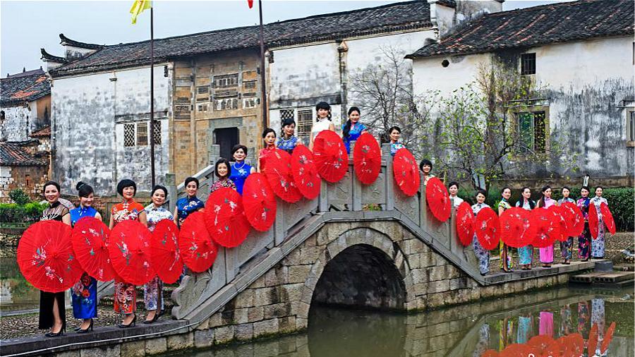 Défilé en qipao aux abords des sites touristiques du Zhejiang