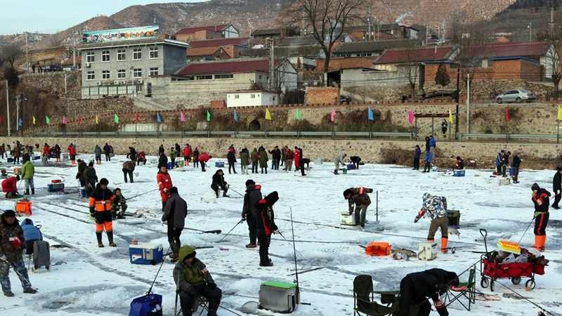 Un concours de pêche sous la glace dans les montagnes de Beijing